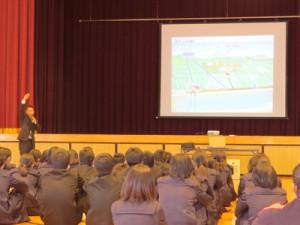 地下ダムの役割を説明する花田さん=25日、喜界中学校(提供写真)