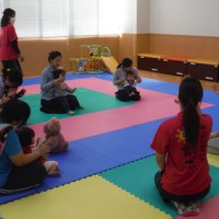 町保健センターの親子教室の参加者。天城町は支援策の拡充で子育て環境の向上を目指す(資料写真)