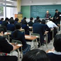 注意点などを確認し、試験開始を待つ受験生=14日午前9時すぎ、奄美市名瀬の県立大島高