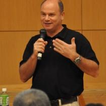 へき地医療の先進的な取り組みを紹介したサム・ジョーンズ氏=19日、徳之島町