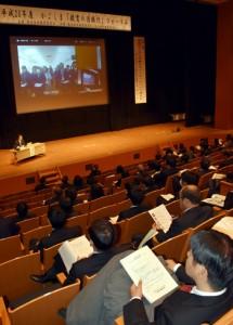 花徳小と主会場をテレビ会議で結び意見を交わす教諭ら=11日、鹿児島市