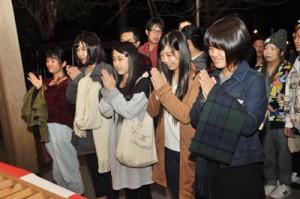 初詣客でにぎわった奄美市名瀬の高千穂神社=1日、午前0時ごろ