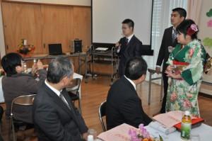 出席者に近況を紹介する新成人(右)=7日、奄美市名瀬