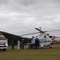 沖永良部島初フライト。男性を大島病院へ搬送するため降り立ったドクターヘリ=16年12月28日午前11時、和泊町笠石海浜公園