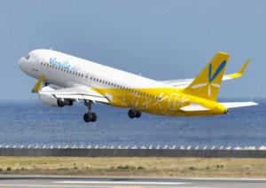 奄美空港を飛び立つバニラ・エア機。関西―奄美線では、奄美出身者の帰省をはじめとする利便性の向上が期待される=8日、奄美市笠利町