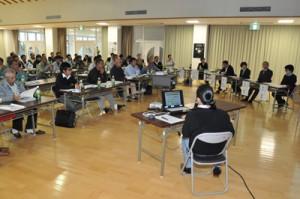 消費動向の変化や、それに対応する産地の課題などを話し合った花きシンポジウムの総合討議=12日、和泊町防災拠点施設やすらぎ館