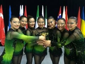 2016AGGジャパンカップ優勝メダルと世界選手権の賞状を手にする(左から)富優利菜、中村彩女=2日、奄美市名瀬