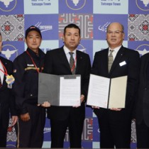 地域の見守りなどに関する協定を締結した龍郷町と関係郵便局=31日、町長室