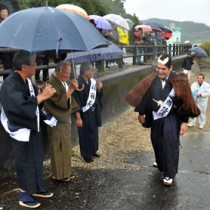 西郷の初上陸の場面も再現された記念祭=26日、龍郷町