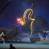 盛り上がりが最高潮に達した大蛇の乱舞シーン=19日、国立劇場おきなわ