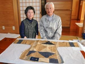 ノロの胴衣などを大切に保管している叶純宜さん、房代さん夫妻=17日、奄美市名瀬