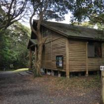 再整備される奄美自然観察の森の「森の館」=15日、龍郷町