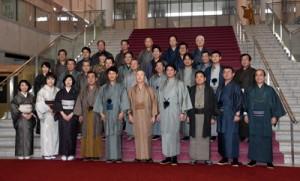 大島紬姿で記念写真に納まる議員や県幹部=22日、鹿児島市の県議会庁舎