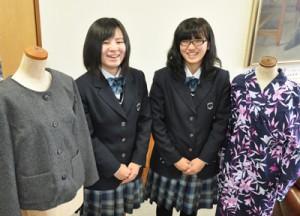 家庭科技術検定で「三冠王」を達成した(右から)榮さん、松林さん=8日、徳之島高校