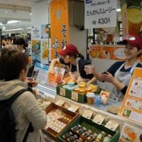 奄美の無添加商品が女性客に人気のブース=23日、東京・池袋