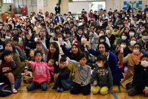 幼児160人がリズム遊びなどを楽しんだ新一年生のつどい=19日、朝日小学校体育館