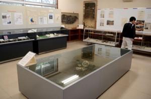 貴重な文化財や資料を紹介する喜界町埋蔵文化財センター内の展示室=1日、同町滝川の旧滝川小校舎