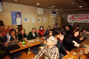 プロジェクターに映し出された奄美の風景を楽しむ来場者=4日、東京・新宿
