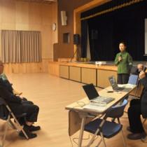 アマミノクロウサギの生態や環境保全の重要性を解説した浜田太さん(右)=25日、大和村