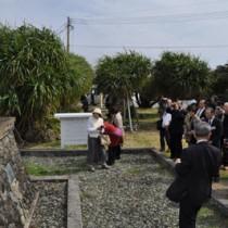 西郷隆盛上陸の地を訪れた荘内南洲会の会員ら=20日、和泊町伊延