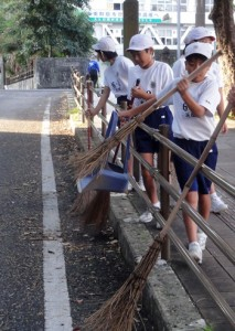 早起きして学校周辺の清掃活動に取り組む名瀬小の児童たち(提供写真)