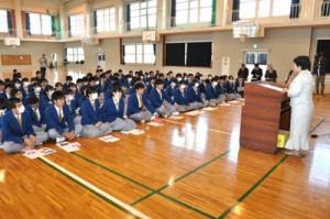 神戸沖洲会の大野会長の講演を聞く高校3年生ら=16日、沖永良部高校体育館