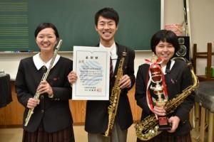 九州アンサンブルコンテストで金賞を受賞した奄美高校木管三重奏チームの(右から)中山さん、大庭さん、津村さん=13日、奄美高校