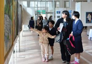 入賞・入選作品763点がずらりと並ぶ奄美市美展=4日、奄美文化センター