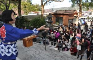 福豆を求めて参拝者が詰め掛けた節分祭=3日、奄美市名瀬の高千穂神社