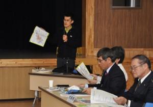 奄美群島の国立公園指定などをテーマに講話する鈴木祥之上席自然保護官=16日、大和村