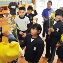 もらった花を長く楽しむ方法などを質問する児童ら=2日、和泊町立大城小学校