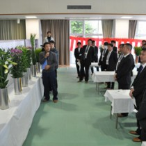 切り花品評会全部門を通した最優秀賞を選出する審査委員ら=7日、和泊町