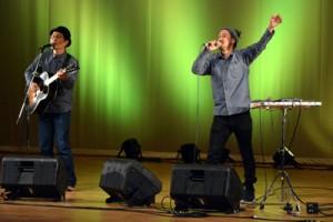 聴衆を魅了したカサリンチュのステージ=12日、龍郷町りゅうゆう館