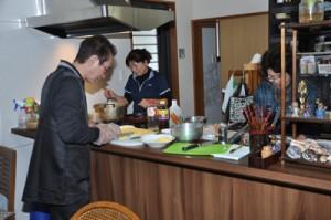 農家体験民宿の開業へ向け、鶏飯作りに挑戦する参加者=11日、奄美市住用町