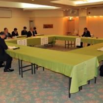 島内への大学設立可能性について基礎調査の中間報告があった奄美大島総合戦略推進本部会議=28日、奄美市