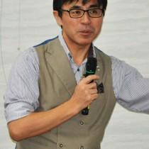 観光と地域づくりの在り方を説いた「観光カリスマ」の山田桂一郎さん=19日、龍郷町