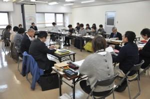 新施設の素案が示された第3回会合=3日、名瀬公民館