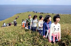 宮古崎の美しい景色を眺めながらさわやかな汗を流した参加者=12日、大和村国直の宮古崎
