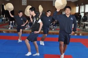 発表の最後に踊りを披露する「島んちゅやっこ」グループ=16日、沖永良部高校武道館