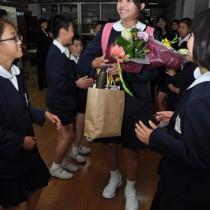 在校生に祝福される唯一の卒業生、川畑美咲さん=23日、知名町立住吉小学校