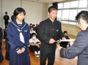 「チャレンジかごしま」学校賞の賞状を受け取る生徒ら=16日、伊仙町の面縄中学校