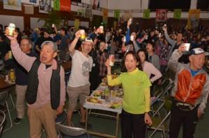 本番を翌日に控え、ウエルカムパーティーで健闘を誓ったヨロンマラソンの参加者たち=4日、与論町砂美地来館