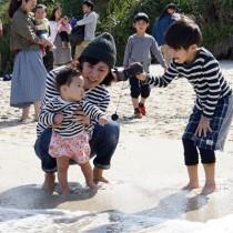 家族連れでにぎわった浜下れ=30日、奄美市名瀬の大浜海浜公園