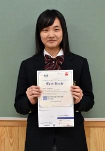 大島北高校で初の英検準1級に合格した成瀬茉倫さん=16日、大島北高校
