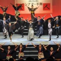 迫力あるダンスで観客を魅了したメンバーら=11日、天城町