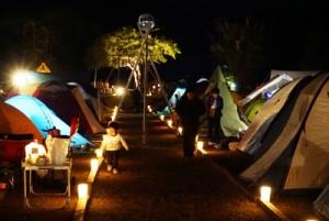 キャンドルで飾り付けられたテントコーナー=4日、黒潮の森マングローブパーク