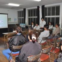 嘉徳海岸浸食対策で県が開催した事業説明会=21日、瀬戸内町嘉徳と浸食を防ぐための土のうが並ぶ嘉徳海岸=21日、瀬戸内町
