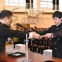 卒業証書を受け取る卒業生=1日、大島高校