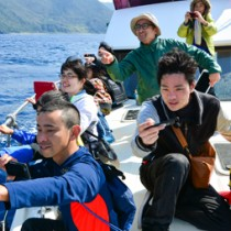 海上でクジラ調査を展開した奄美塾の調査隊=12日、大和村沖