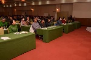 屋久島の事例を踏まえながら奄美の世界自然遺産登録テーマにあった講演会=2日、奄美市名瀬